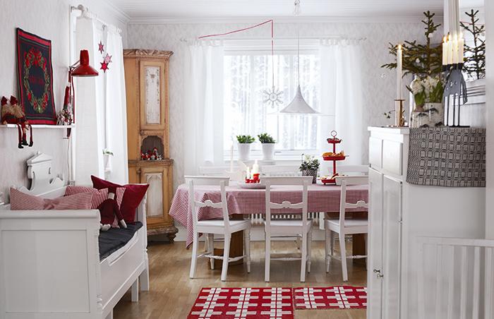I det öppna köket finns gott om plats för hela familjen. Duken är vävd av Lottas mamma. Kökssoffan är köpt på auktion, ovanför hänger en julbonad som Lottas moster har broderat. Skåpet till höger kommer från Lasses barndomshem.