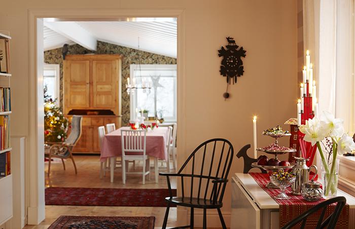Gottbordet är generöst uppdukat. Trevåningsfatet är ett auktionsköp. Windsor-stolarna och slagbordet hittade Lotta i gårdens ladugård. Kanna från NK inredning, ljusstake från numera nerlagda butiken Anagram. Bock från Rotor och gökur från Lagerhaus. Löparen har Lottas mamma vävt.