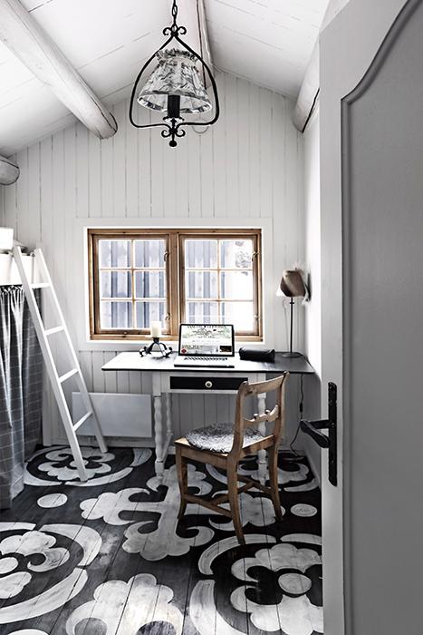 Golvet i gästrummet skissade Annette upp med krita. Sedan målade hon mönstret direkt på golvet och avslutade med att lacka. Det mesta av inredningen i gästrummet fanns i stugan sedan tidigare och har renoverats.