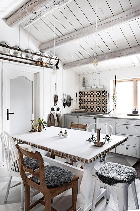 Det fina bordet som stod i huset målade Annette med vit färg och satte marockanska nitar på sidorna. Även skåpluckorna målades och fick fina knoppar.