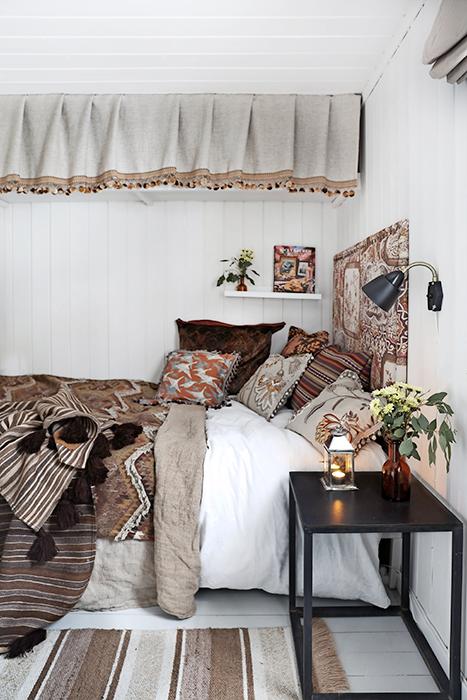 Mustiga färger i textilierna är ett genomgående tema i parets hem.