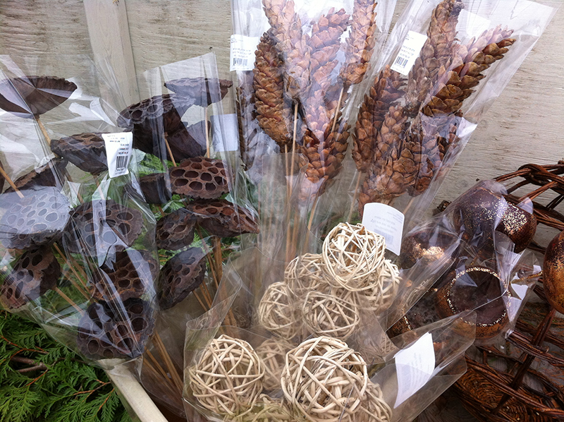 In addition to our branches, we have natural, coloured and glitter accessories, evergreens, plain wreaths, botanicals, magnolia, eucalyptus, moss pots and ribbon. Everything you need to make your own holiday decorations.