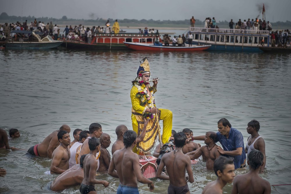 Heres the main event. This god, whose name I don't remember is riding on the head of the cobra, which is a very important moment for the Hindus.
