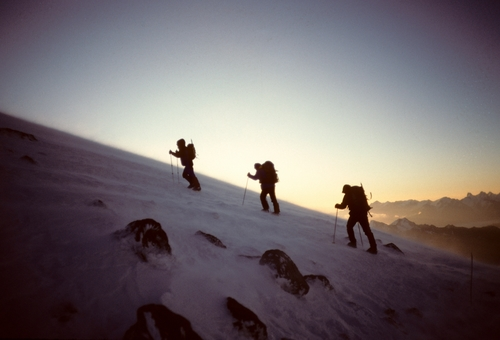 Elbrus+-+summit+attemp+-+3+climbers+silhouttes.jpg