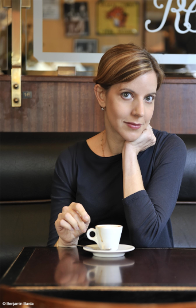 Pamela Druckerman in a Paris café; photo by Benjamin Barda