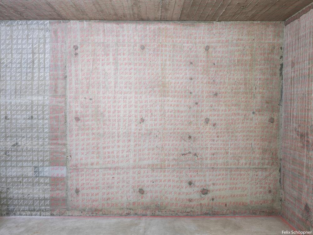 URSTSCHAUAUFPOPGALERIE Mila Burghardt, 2014 WER DAS WOHL ENTSCHIEDEN HÄTTE Kreide auf Wand, ongoing Performance  Foto: Felix Schöppner
