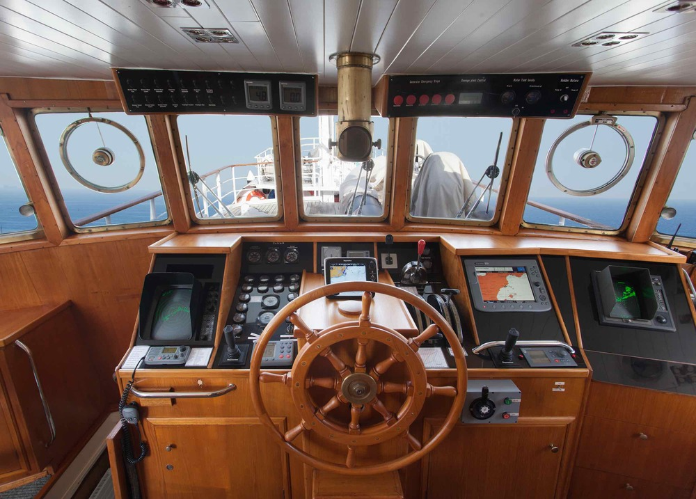 motor yacht Drenec helm.jpeg