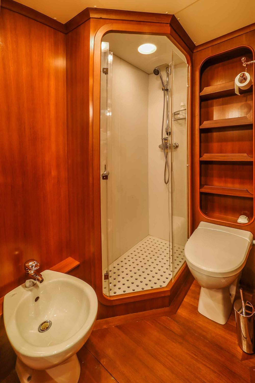 Clan VI_guest cabin bathroom on yacht 1_XS.jpeg