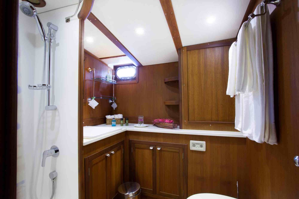 Jubilaeum_bathroom-shower-sweet home on yacht holiday in Myanmar_XS.jpeg