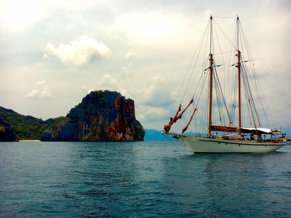 Dallinghoo_anchoring near a green island yacht holiday in Mergui.jpg