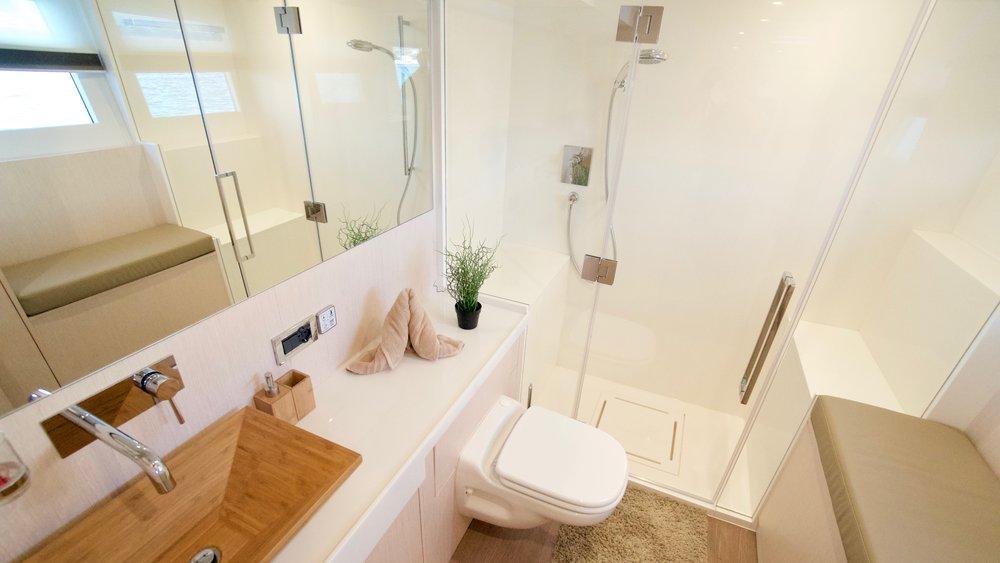 E_SILENT-YACHTS_SILENT55_GuestVIP_Bath_