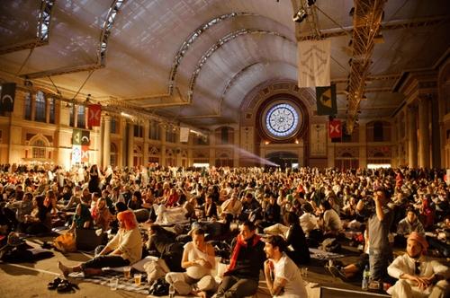 Photo: Secret Cinema《阿拉伯的勞倫斯》放映活動 Source:http://en.wikipedia.org/wiki/Secret_Cinema#mediaviewer/File:Secret_Cinema_presents_Lawrence_of_Arabia_%282010%29.jpg
