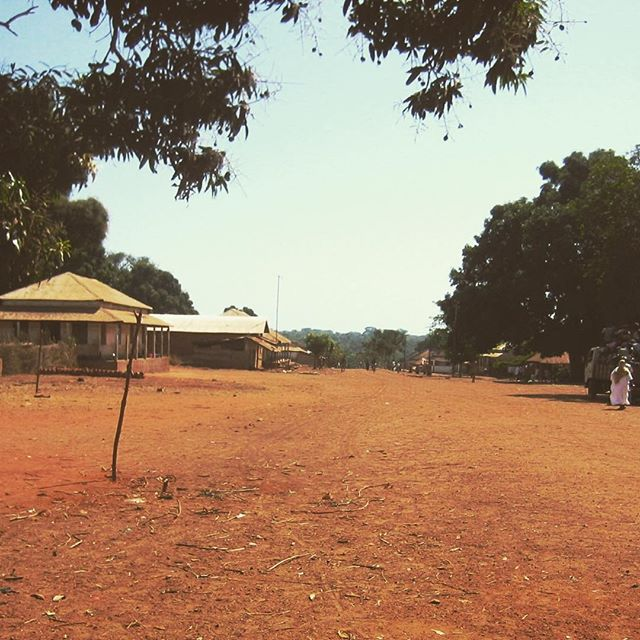 """""""Empada e cerca de oitenta outras tabancas formam um povoado de dezessete mil habitantes. De todas as construções erguidas, entre moradias, cabanas, escolas e prédios públicos, apenas a casa de um grupo de missionárias estrangeiras, onde Philippe (um dos criadores da Plataforma Moi) ficou hospedado, tinha água encanada e saneamento. A Guiné-Bissau é o quinto país mais pobre do mundo, a capital não conta com fornecimento permanente de energia elétrica e o Índice de Desenvolvimento Humano é assustador. Qualquer ajuda humanitária, planejamento e um pouco de carinho são muito bem vindos. A receptividade e a alegria do povo assinalam visivelmente sua gratidão."""" Trecho da matéria publicada no site da @revistalevel."""