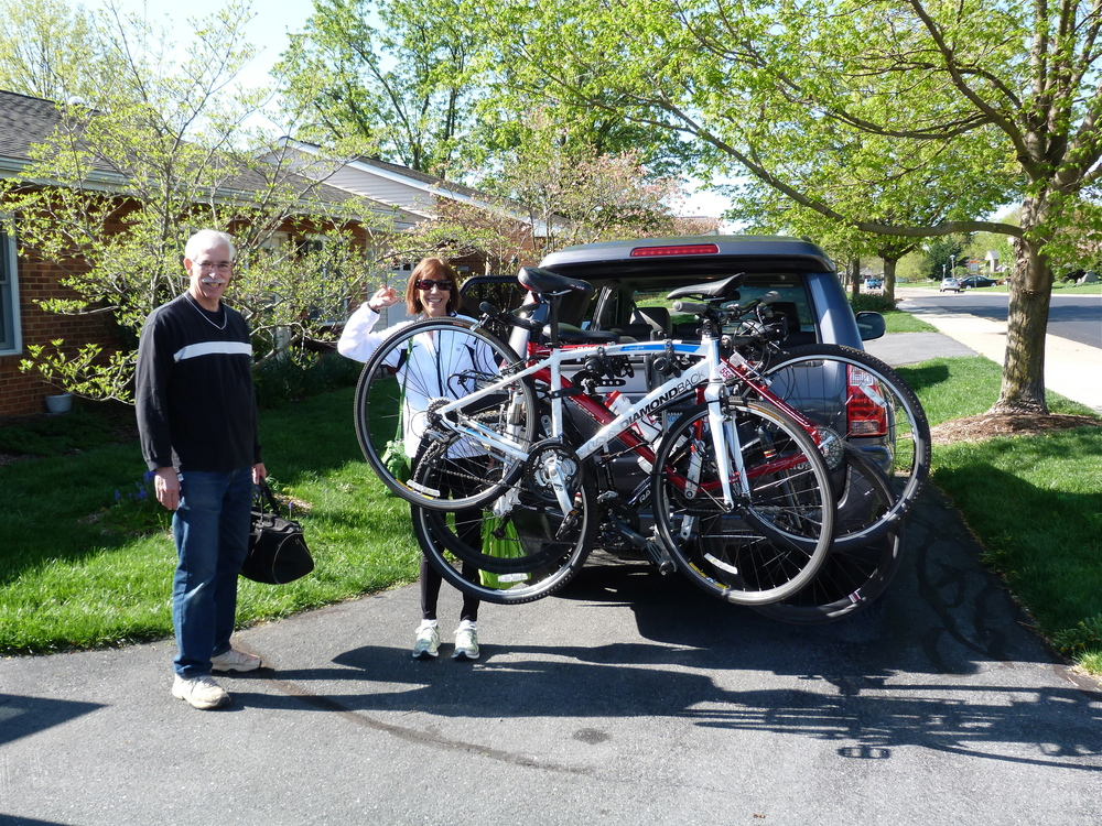 Loading up... my siblings Tim and Ruth. We met at our folks house. Beautiful morning!