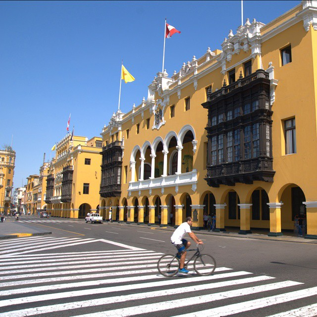 To take in some incredible architecture and vibrant colors head to the Plaza de Armas in Lima, Peru. @afarmedia @ustoanyc @peru #traveldeeper #traveltogether #peru #Lima
