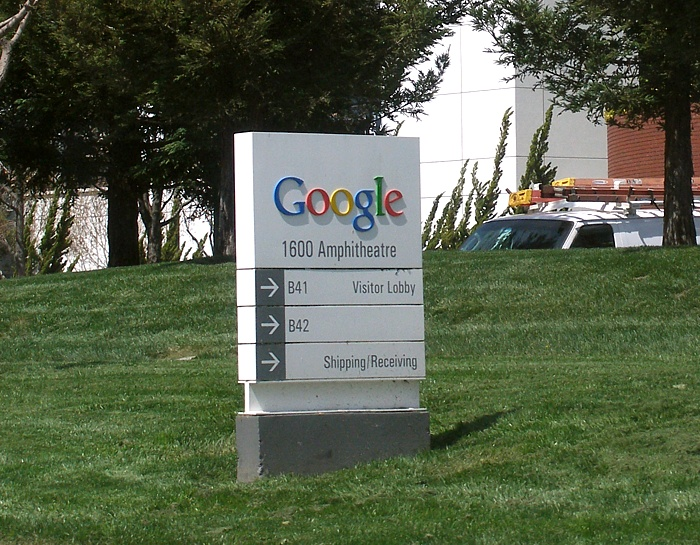 """Googleplexwelcomesign"" by Coolcaesar (CC BY-SA 3.0 via  Wikimedia Commons )"