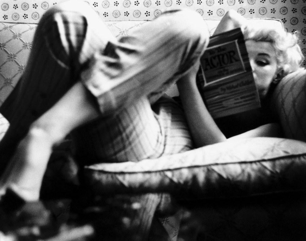 Marilyn Monroe reading 10.jpg