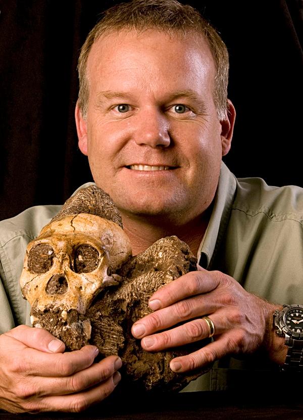 Lee Berger de la Universidad de Witwatersrand en Sudáfrica, sosteniendo el cráneo del Australopithecus sediba. Associated Press © 2012