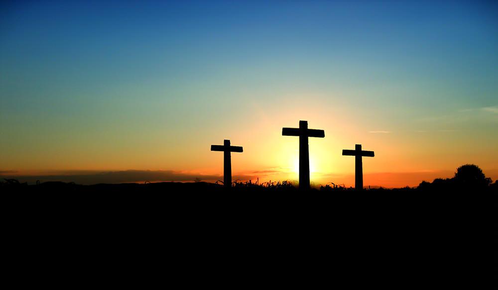Foto gratis de tres cruces al anochecer