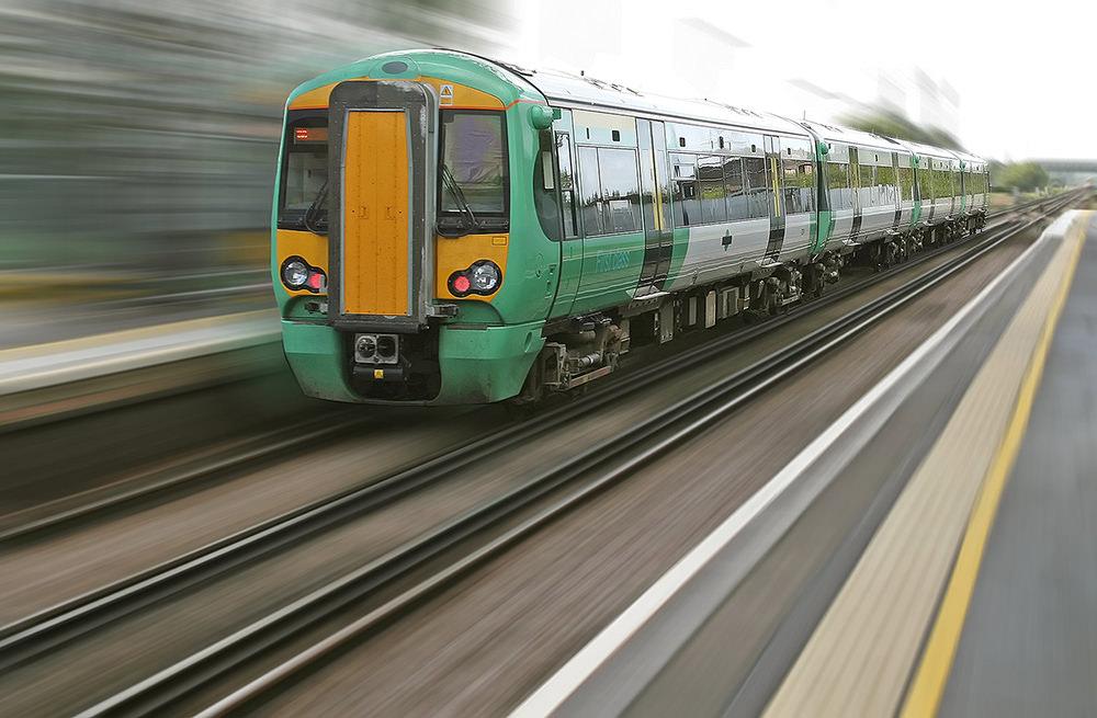 Foto gratis de tren viajando a gran velocidad
