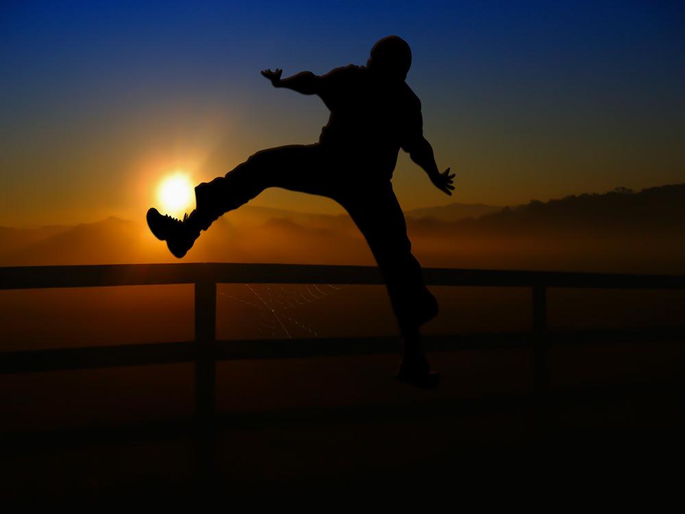 Foto gratis de hombre saltando de alegría en ocaso