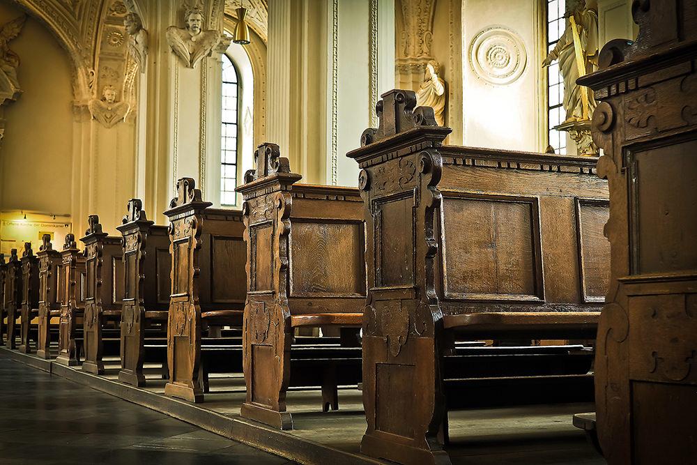 Foto gratis de bancas en iglesia