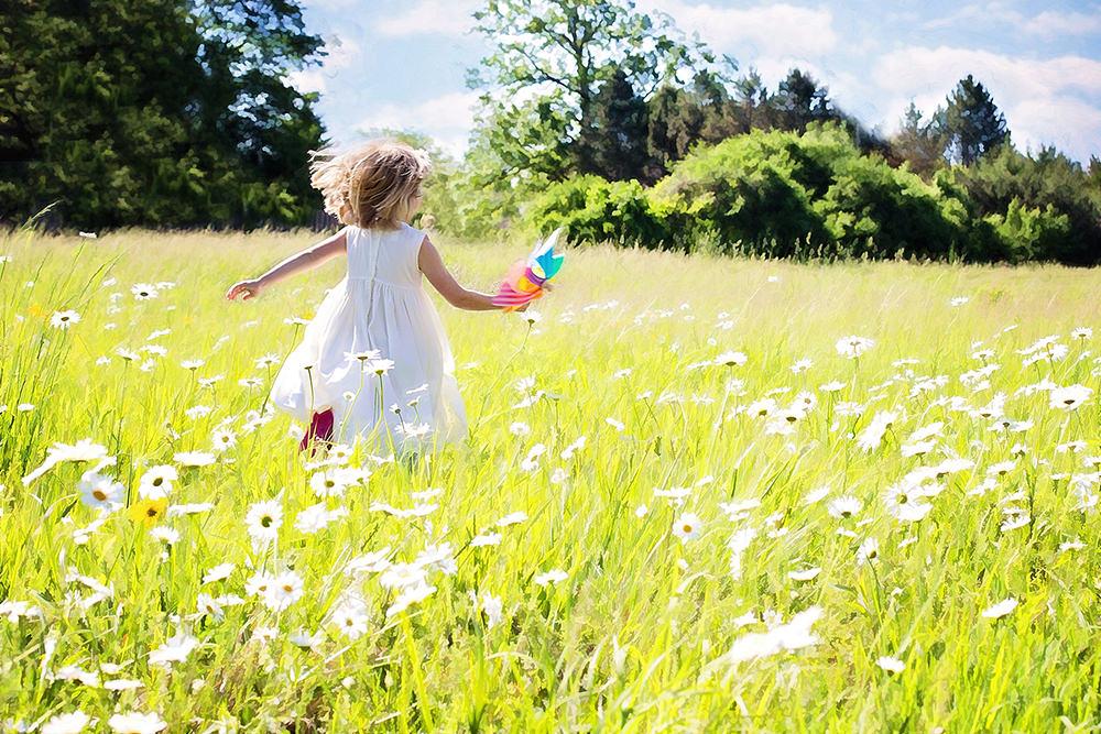 Foto gratis de niña vestida en blanco corriendo
