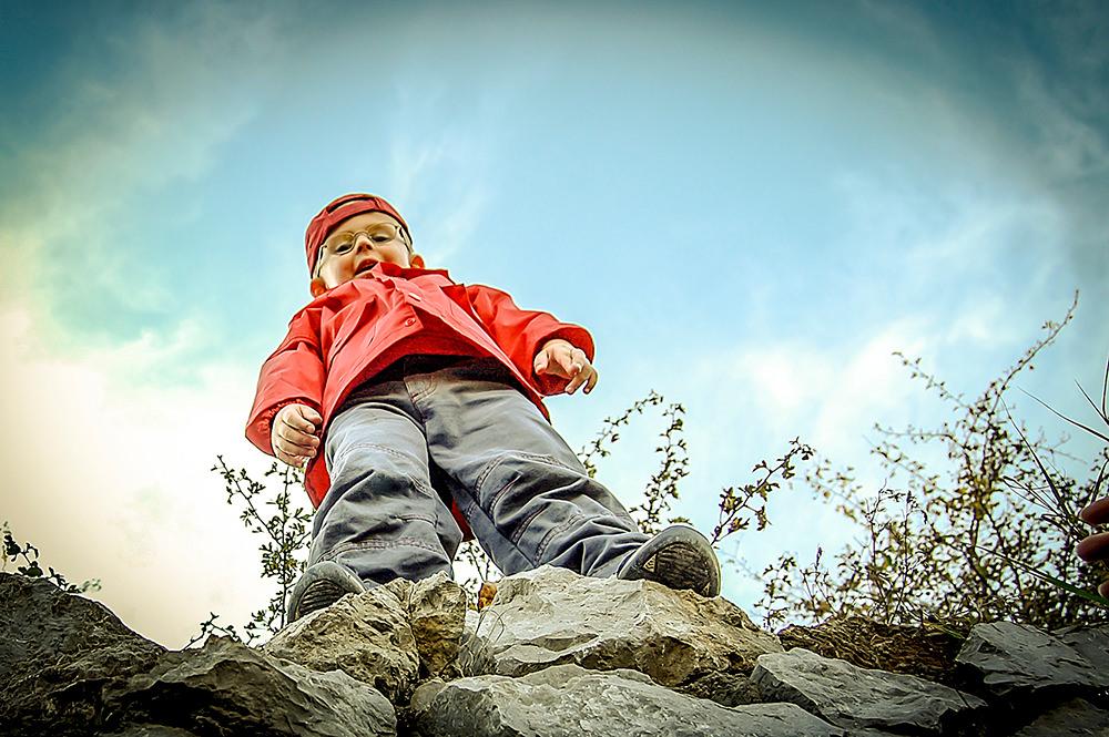 Foto gratis de niño mirando hacia abismo