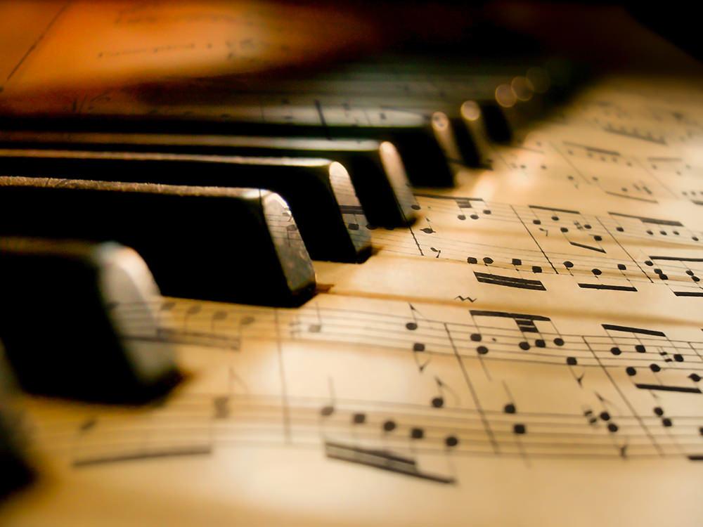Foto gratis de piano y pentagrama
