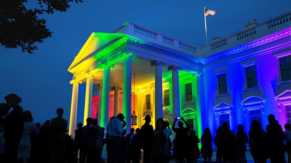 Obama ilumina La Casa Blanca con los colores del arcoíris para celebrar el fallo de la Corte Suprema de los EE.UU. a favor del matrimonio entre el mismo sexo. Derechos © The White House, en Wikipedia.