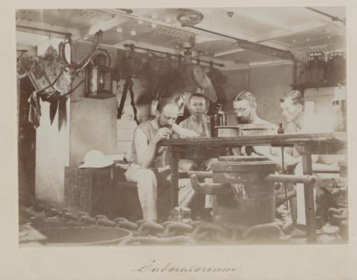 Vier leden van de wetenschappelijke staf van de Siboga expeditie, 16 september 1899. V.l.n.r. H.F. Nierstrasz, J.W. Huysmans, Prof. Max Weber en Dr. J. Versluys. Bijzondere Collecties Universiteit van Amsterdam, Wikimedia Commons.