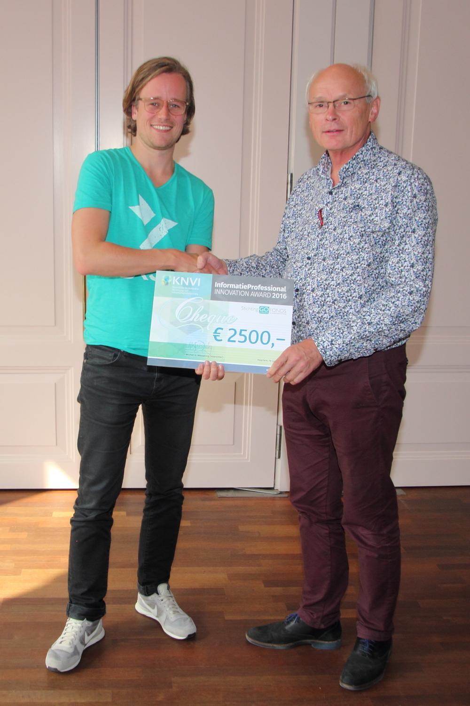 KNVI voorzitter Michel Wesseling overhandigt Innovation Award aan Robbin Reijnen (mede oprichter van BKSY). Foto: Hans de Man