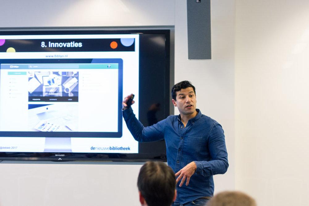 Adham Laamroui vertelt over innovaties bij De Nieuwe Bibliotheek Almere (foto: KNVI)