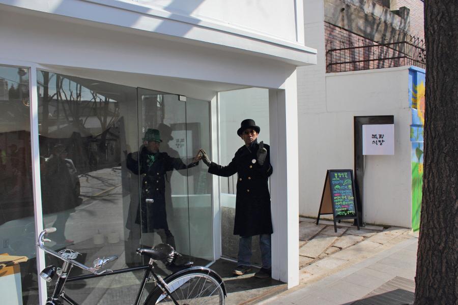 16Bukchon street performers.JPG