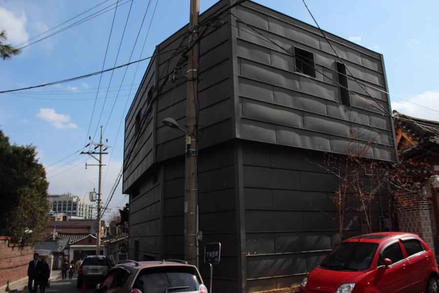 10Bukchon modernhouse.JPG