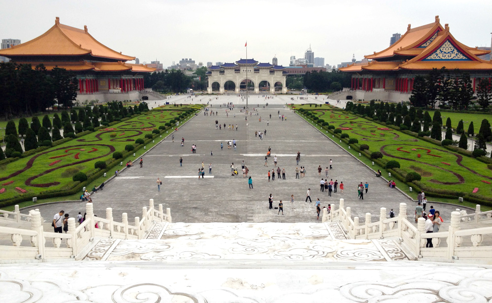 Liberty Square, as seen from the Chiang Kai Shek Memorial, with the National Theater on the right and the National Concert hall on the left.