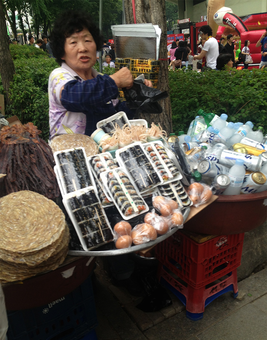 A vendor selling beer and more traditional Korean snacks to bring with you into the game.