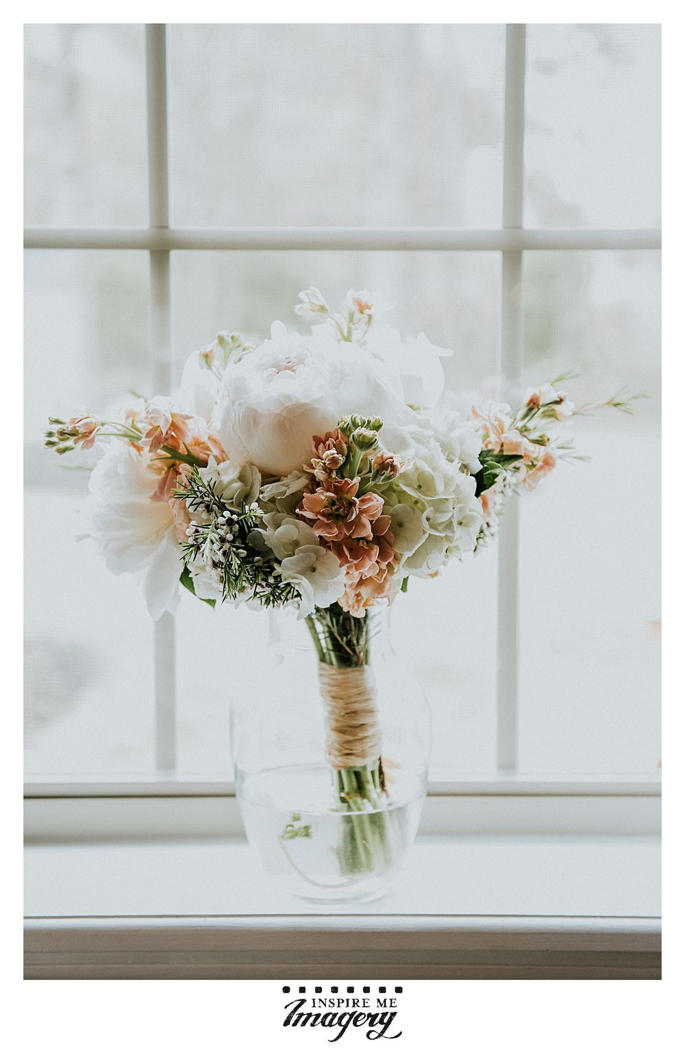Loving the gorgeous tones in this bridal bouquet.