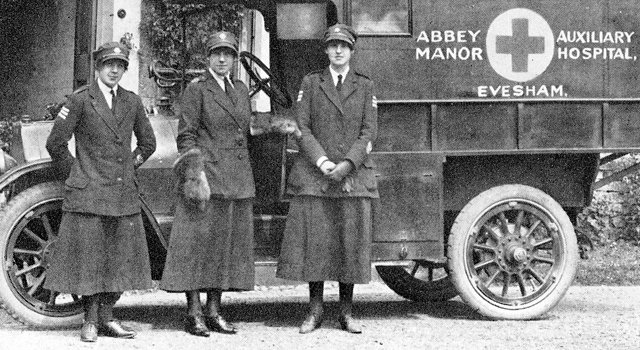 Staff outside Abbey Manor Auxiliary Hospital, Evesham, 1918