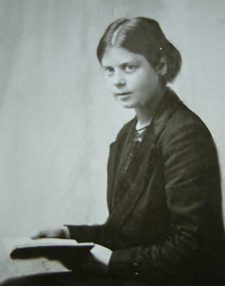 Marion Richardson in the early years of her teaching career