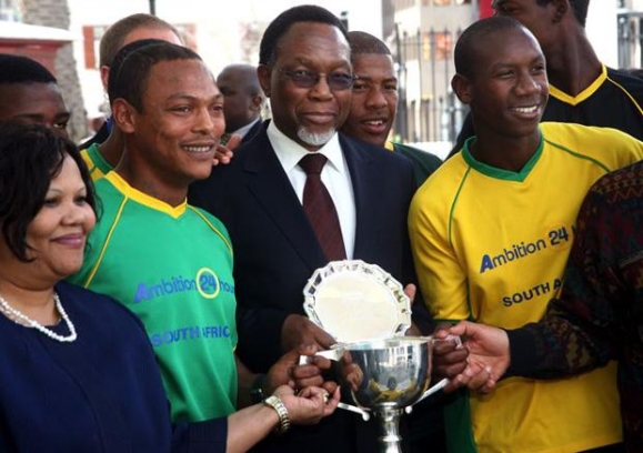 Deputy President Kgalema Motlanthe with the team. They brought the cup home!