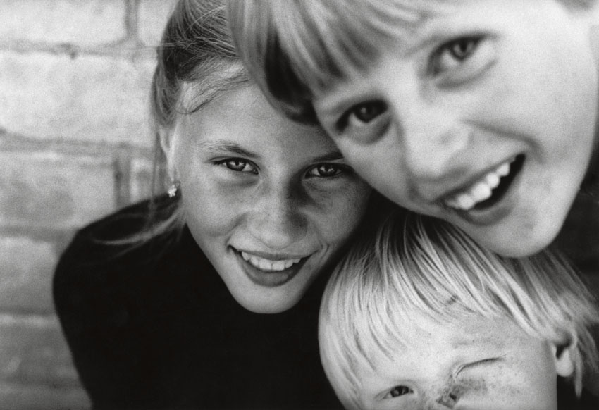 Edition Rimaldas Vikšraitis 2   Sisters silver gelatin print 24 x 30 cm, 1985/2018 signed and numbered  Edition 10+2AP