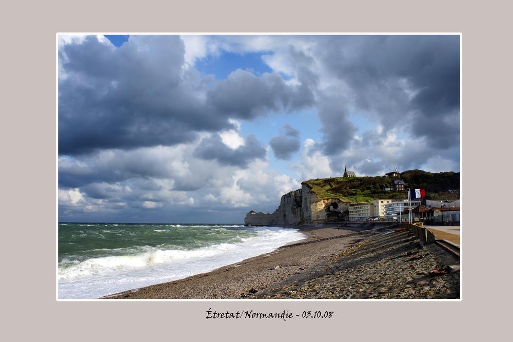 Etretatbeachtricolore_Normandie.jpg