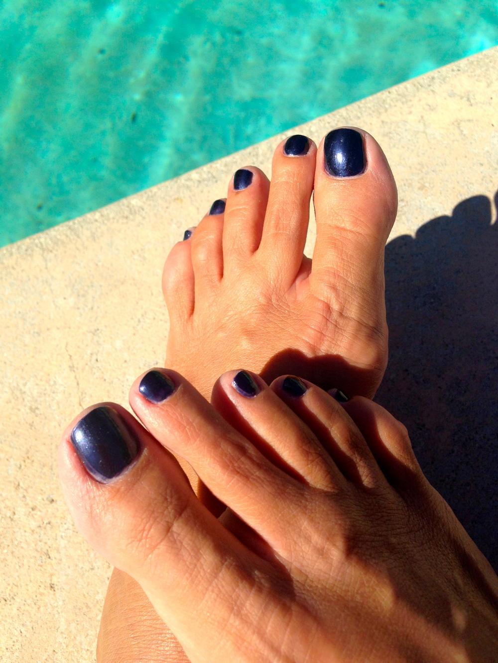 I love côteshadeNo. 76 (midnight blue) on the toes!