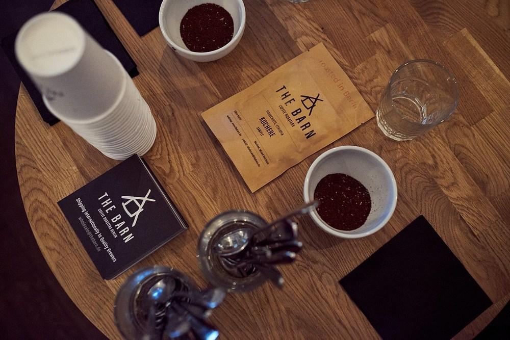 Przygotowania do  cuppingu  kaw z  The Barn .