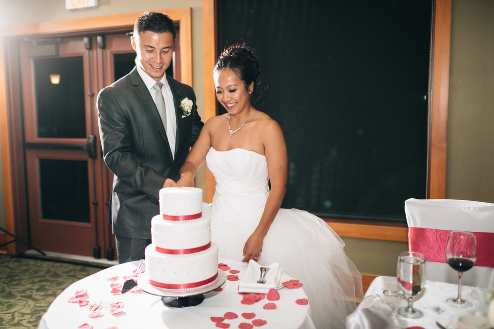 cake cutting chinese wedding photographer vancouver noyo creative