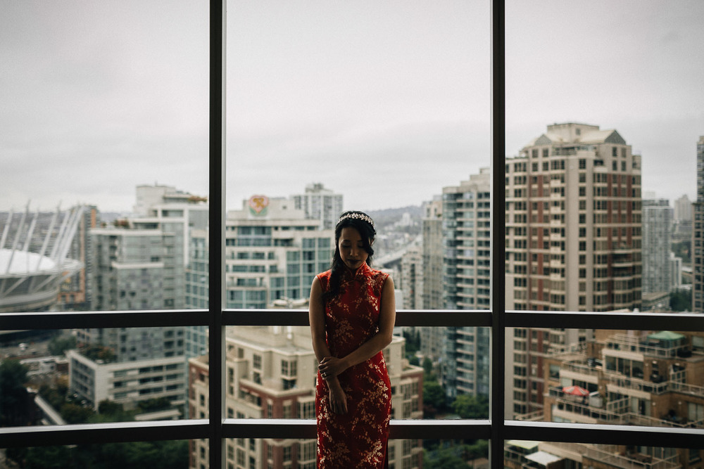 bride wearing chinese traditional dress at the westin grand hotel in vancouver photography