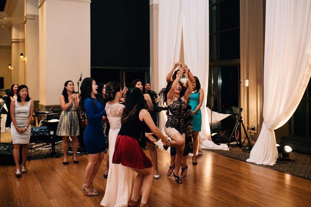 swaneset bouquet toss vietnamese wedding reception photography