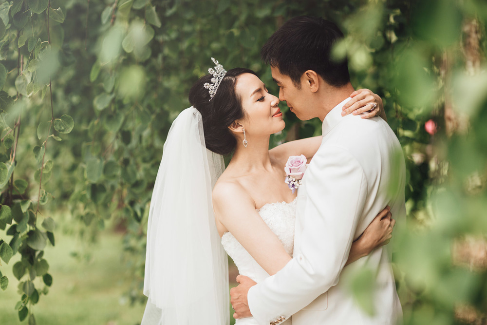 richmond wedding photographer in minoru park with tiawanese couple