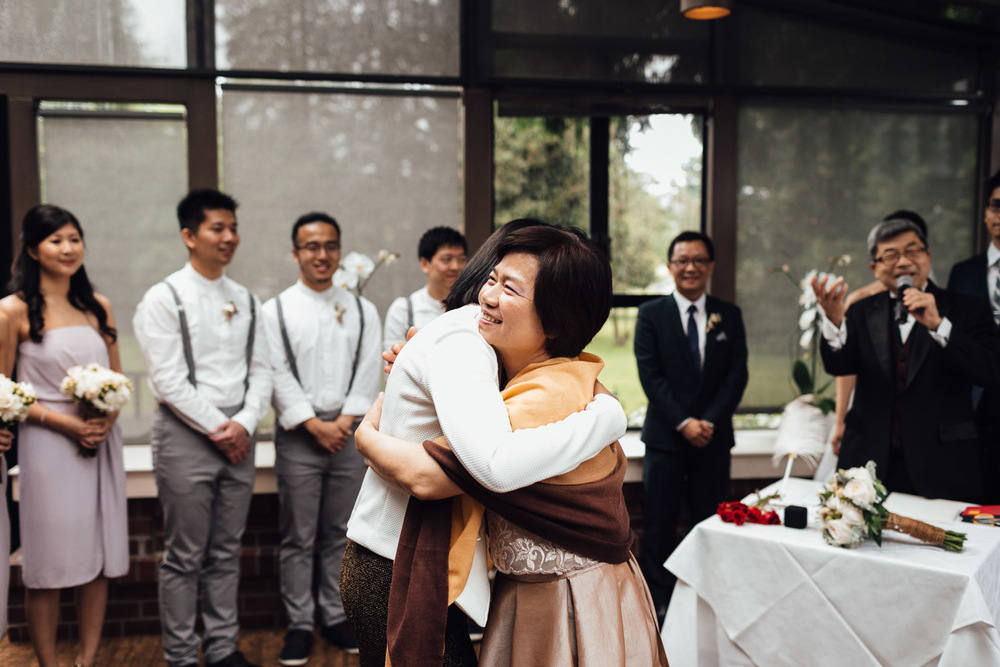 vancouver wedding photography moms hugging